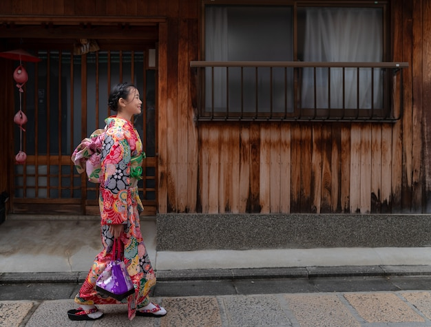 Японская девушка в традиционном платье кимоно