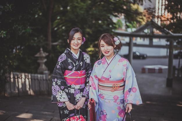 Японские девушки в традиционной одежде кимоно, моменты образа жизни