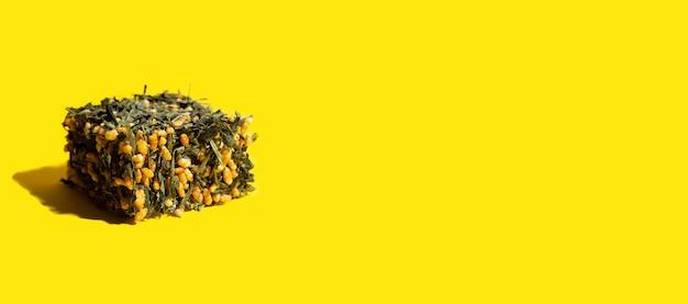 Японский зеленый чай чайные листья генмайча с обжаренным коричневым рисом в форме куба на ярком