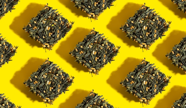 Японский зеленый чай genmaichatea листья с обжаренным коричневым рисом в форме куба на ярком