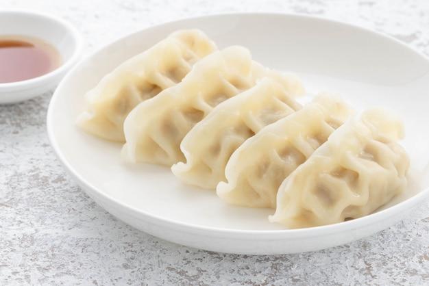 돼지 고기와 접시에 일본 교자