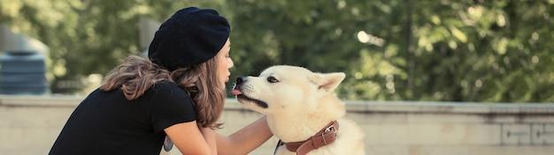 日本の狩猟犬の品種kisyu、白い犬の美しい肖像画をクローズアップ