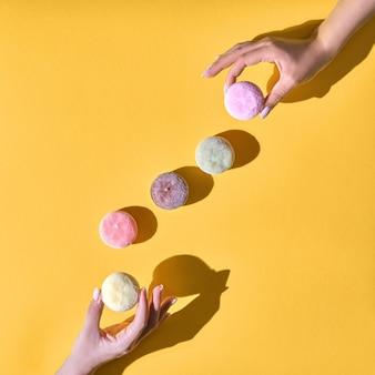 Японское мороженое моти в рисовом тесте. традиционный японский десерт на желтом фоне. концепция с жесткими тенями