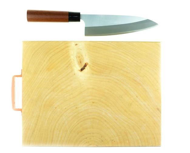 흰색 바탕에 일본 주방 데바 칼과 나무 정육점 블록 조리대