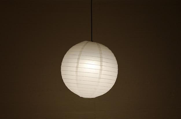 Японский фонарь, висящий в темноте