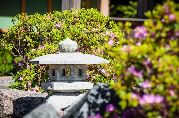 Японские фонарики и цветы весной в парке.