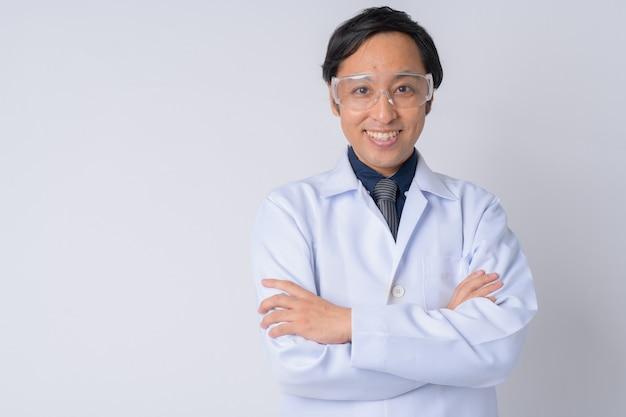 白い背景に対して保護メガネをかけている日本人男性医師
