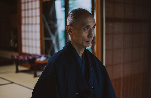 Японец медитирует в своем саду
