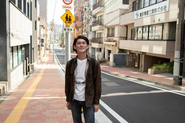 Uomo giapponese che cammina all'aperto