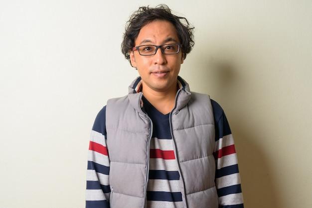 곱슬 머리를 가진 일본 남자 실내 하이킹 준비