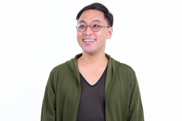 白い壁に対して隔離された眼鏡を持つ日本人男性