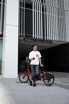 Японец со своим велосипедом на открытом воздухе