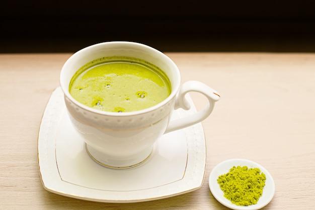 白いマグカップに入った日本の抹茶