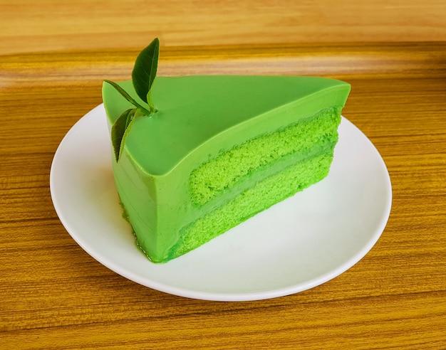 白い皿に日本の抹茶緑茶ケーキ。