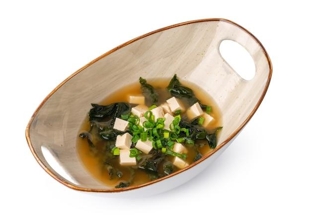 Японский суп мисо в миске, изолированные на белом фоне