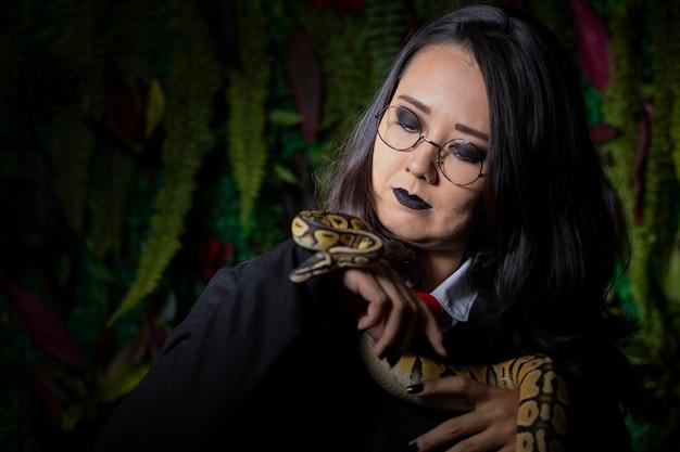 蛇を使ったリハーサル中の日本人モデル