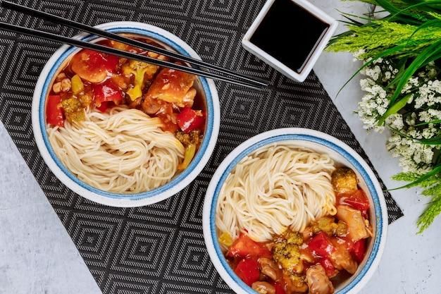 그릇에 야채를 볶은 일본 국수. 중국 음식.