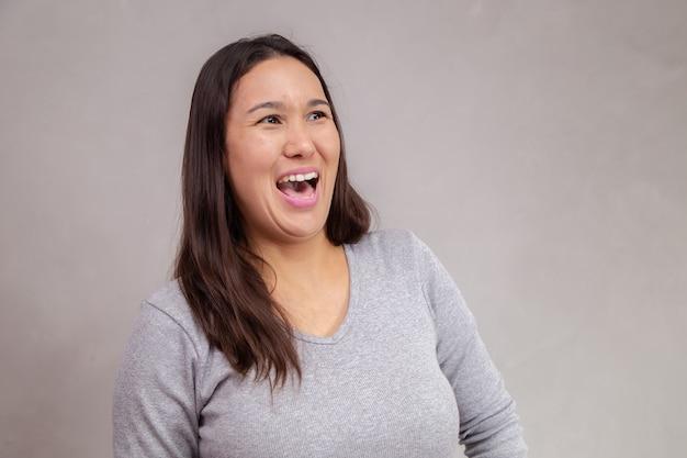 テキストのためのスペースで笑っている日本人またはアジア人女性