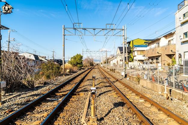 Японская железная дорога с поездом проходит через город киото.