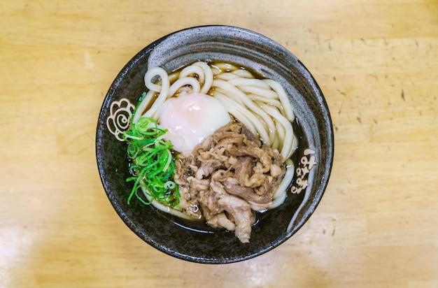 Японский рамэн лапшу на столе