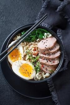 Японский суп с лапшой рамэн с утиной грудкой, яйцом, чесноком и шпинатом