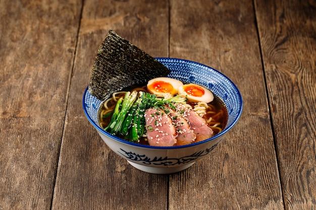 パストラミとアジタマの卵が入った日本のラーメンスープ