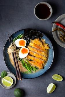 鶏肉、卵、麺のラーメンスープ