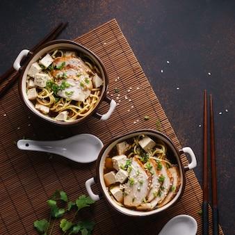 닭고기, 두부, 부추를 곁들인 일본라면 수프.