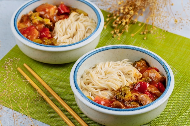 ボウルに野菜炒めと日本の米麺。