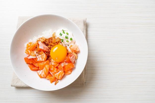 Японский рис со свежим сырым лососем и маринованным яйцом. азиатский стиль еды