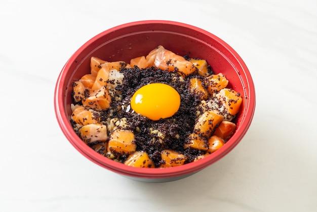 Японский рис со свежим сырым лососем, тобико и яйцом (лосось дон) - стиль японской кухни