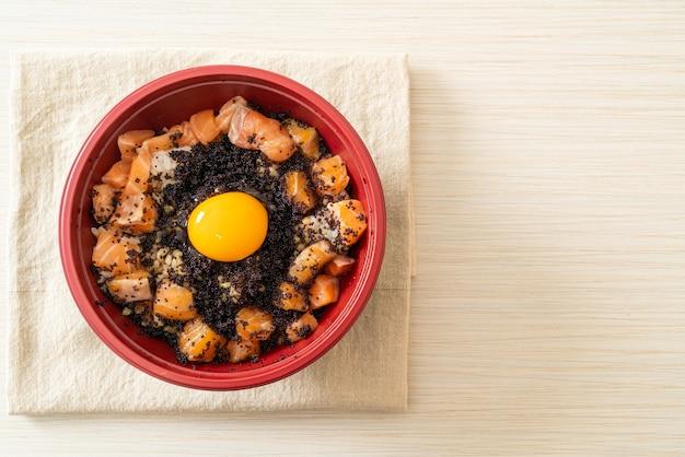 生鮭、とびこ、卵入り日本米(鮭丼)-日本食スタイル