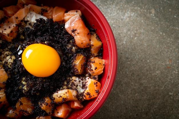 Японский рис со свежим сырым лососем, тобико и яйцом (лосось дон)