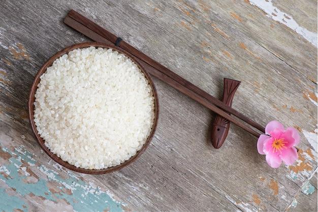 오래 된 나무 표면에 일본 쌀 씨앗. 평면도, 평면 누워.