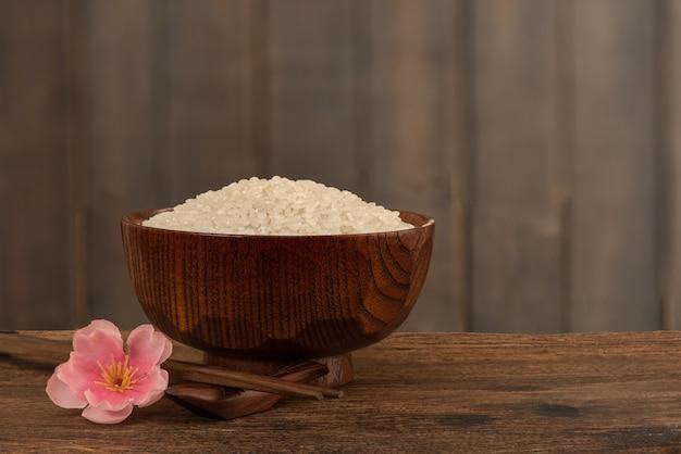 일본어는 오래 된 나무 표면에 씨앗을 쌀.