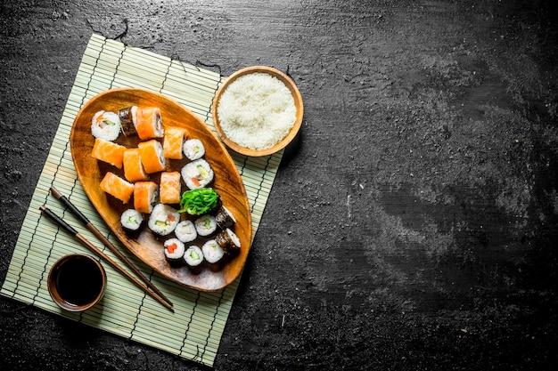日本人はご飯と醤油で皿に巻く。黒の素朴な背景に