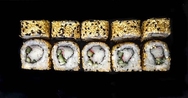 Японские роллы вид сверху. фото для меню.