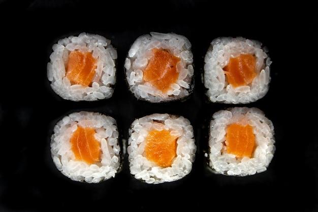 Японские роллы вид сверху. роллы с лососем и нори