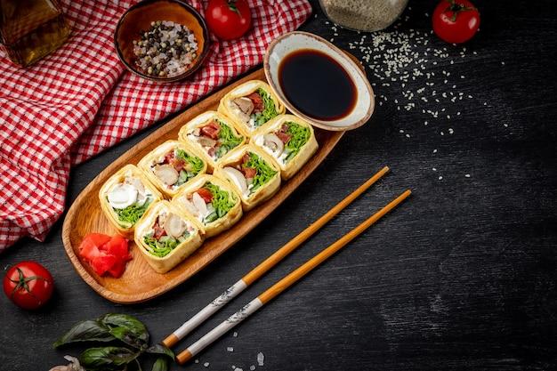일본어는 텍스트에 대 한 여유 공간이있는 검은 배경에 닭고기와 크림 치즈와 함께 롤백합니다. 고품질 사진
