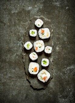 Японские роллы с рыбой и овощами.