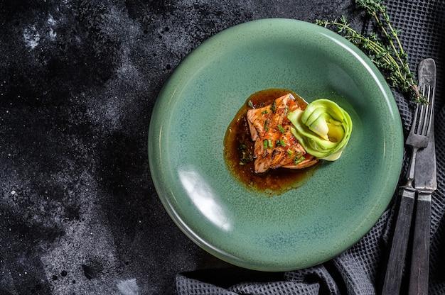 アボカドの照り焼きソースで釉薬をかけた鮭の切り身