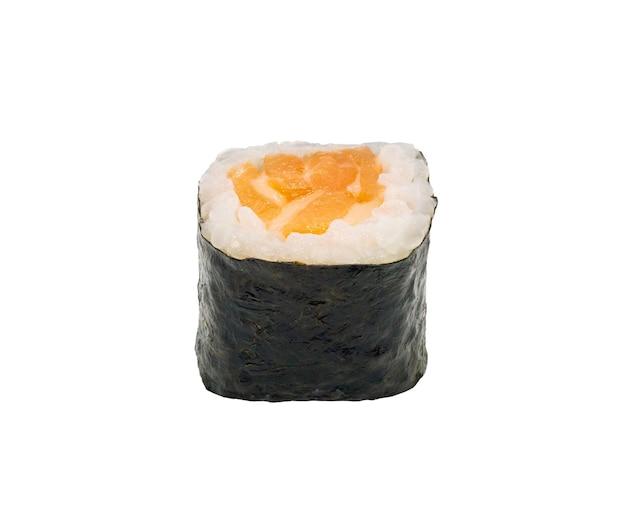 클리핑 경로와 흰색 배경에 고립 된 일본 연어 마키 스시 롤
