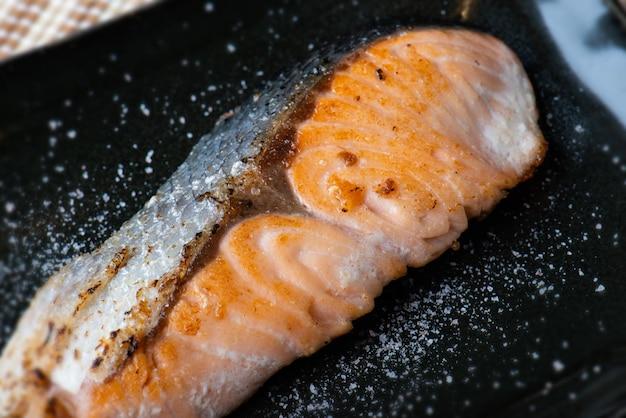 黒いプレートの和塩サーモンステーキ。