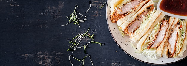 빵가루 입힌 돼지 고기, 양배추, 돈까스 소스와 함께 일본 샌드위치.