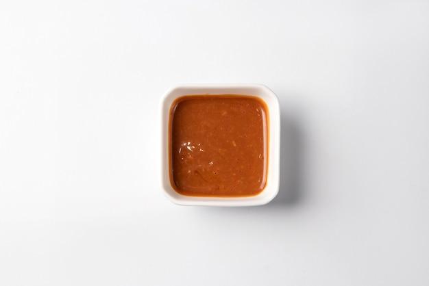 Японский соус на тарелке для суши на белой поверхности