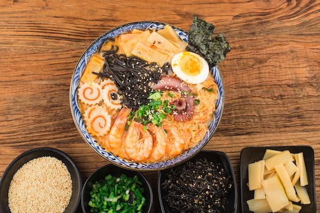 Японский рамен из морепродуктов с соусом из каракатиц