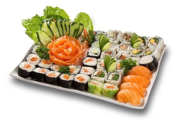 Японские суши из морепродуктов и сашими на белой тарелке