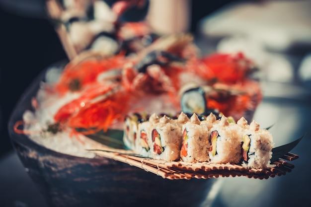 日本のシーフード寿司。食べ物や飲み物のコンセプト