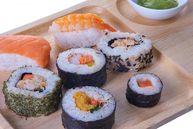 分離されたプレートにセットされた日本のシーフード寿司