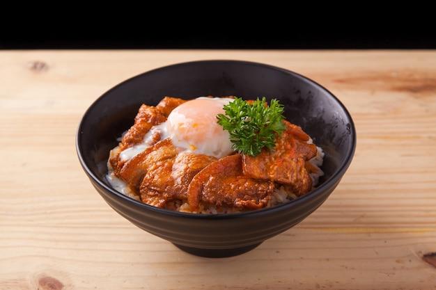 Чаша для риса с острой свиной грудиной по-японски с яйцами онсэн